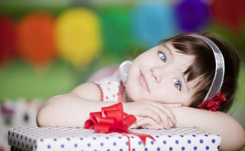 2 årig pige med gave